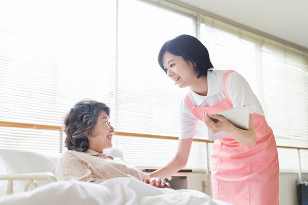 Điều dưỡng viên trực tiếp theo dõi sức khỏe bệnh nhân