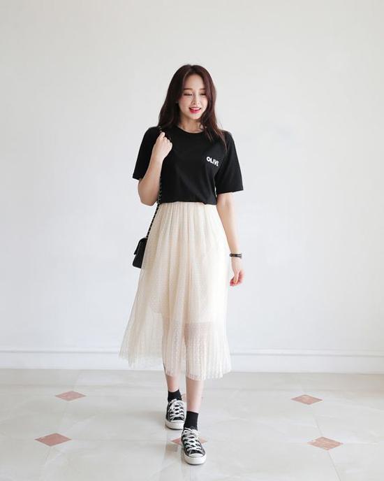 Chân váy phối cùng áo phông tạo nên phong cách cá tính, trẻ trung, năng động